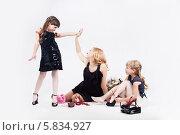 Модные мама и дочки сидят на полу. Стоковое фото, фотограф Daniil Nikiforov / Фотобанк Лори
