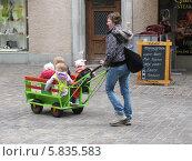 Женщина везет маленьких детей в тележке (2008 год). Редакционное фото, фотограф Татьяна Чечина / Фотобанк Лори