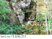 Купить «Вход в малую Фанагорийскую пещеру», эксклюзивное фото № 5836311, снято 19 апреля 2014 г. (c) Алексей Букреев / Фотобанк Лори