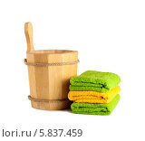 Купить «Деревянные ведро и стопка полотенец для сауны», фото № 5837459, снято 2 марта 2014 г. (c) Lora Liu / Фотобанк Лори