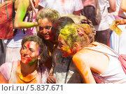 Купить «Весёлые девушки, измазанные краской, на фестивале Holi в Барселоне», фото № 5837671, снято 6 апреля 2014 г. (c) Яков Филимонов / Фотобанк Лори