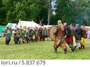 Купить «Перед битвой, стенка на стенку. Ярмарка викингов на Аландских островах, Финляндия - одна из крупнейших в Скандинавии», фото № 5837679, снято 25 июля 2013 г. (c) Валерия Попова / Фотобанк Лори