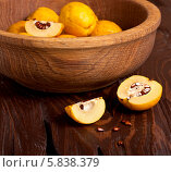 Купить «Яблоки в красивой деревянной миске на столе», фото № 5838379, снято 19 октября 2013 г. (c) Наталья Двухимённая / Фотобанк Лори