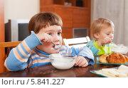 Купить «Девочки едят молочный завтрак», фото № 5841227, снято 7 июля 2020 г. (c) Яков Филимонов / Фотобанк Лори