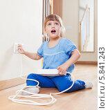 Купить «Трехлетняя девочка включает удлинитель в розетку», фото № 5841243, снято 2 ноября 2013 г. (c) Яков Филимонов / Фотобанк Лори