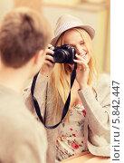 Купить «Девушка в шляпе фотографирует своего молодого человека», фото № 5842447, снято 6 сентября 2013 г. (c) Syda Productions / Фотобанк Лори
