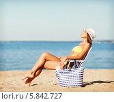 Купить «Летний пляжный отпуск. Девушка загорает на пляже, сидя в шезлонге», фото № 5842727, снято 11 июля 2013 г. (c) Syda Productions / Фотобанк Лори