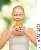 Купить «Блондинка с наслаждением пьет апельсиновый сок», фото № 5842803, снято 23 марта 2013 г. (c) Syda Productions / Фотобанк Лори