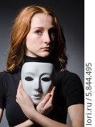 Купить «Портрет рыжеволосой девушки с белой театральной маской в руках», фото № 5844495, снято 20 октября 2013 г. (c) Elnur / Фотобанк Лори