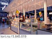 Купить «Киоск с кондитерскими изделиями и мороженым на железнодорожном вокзале Мюнхена (München Hauptbahnhof)», эксклюзивное фото № 5845019, снято 30 июля 2013 г. (c) Илюхина Наталья / Фотобанк Лори