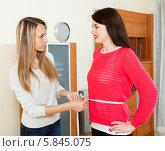 Купить «Девушка измеряет подруге талию сантиметром», фото № 5845075, снято 21 марта 2014 г. (c) Яков Филимонов / Фотобанк Лори