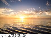 Спокойное море и солнце низко над горизонтом на синем небе с лёгкими облаками. Стоковое фото, фотограф Игорь Чайковский / Фотобанк Лори