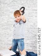 Мальчик с электрическим проводом в руке. Стоковое фото, фотограф Daniil Nikiforov / Фотобанк Лори