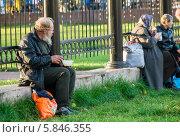 Купить «Бездомный пожилой человек ест социальную еду из пластиковой тарелки на улице», фото № 5846355, снято 20 марта 2019 г. (c) Светлана Кузнецова / Фотобанк Лори