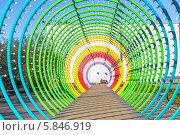 Купить ««Радуга» в Парке Горького. Световой тоннель «Светлый путь»», фото № 5846919, снято 23 апреля 2014 г. (c) Владимир Сергеев / Фотобанк Лори