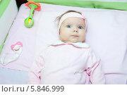 Купить «Полугодовалый ребенок в кроватке», фото № 5846999, снято 18 апреля 2011 г. (c) Кекяляйнен Андрей / Фотобанк Лори