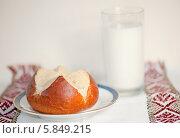 Купить «Свежая булочка и стакан молока», фото № 5849215, снято 10 марта 2013 г. (c) Татьяна Кахилл / Фотобанк Лори