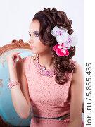 Женщина в розовом платье с цветами в волосах. Стоковое фото, фотограф Евгения Семенова / Фотобанк Лори
