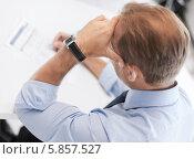 Купить «Бизнесмен подписывает важный контракт», фото № 5857527, снято 9 июня 2013 г. (c) Syda Productions / Фотобанк Лори