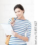Купить «Приветливая студентка в полосатом джемпере с ручкой и тетрадью», фото № 5857627, снято 31 марта 2012 г. (c) Syda Productions / Фотобанк Лори