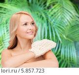 Улыбающаяся девушка с варежкой для пилинга. Стоковое фото, фотограф Syda Productions / Фотобанк Лори
