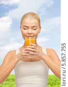 Купить «Молодая женщина с наслаждением пьет свежевыжатый сок», фото № 5857755, снято 23 марта 2013 г. (c) Syda Productions / Фотобанк Лори