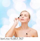 Купить «Девушка с обнаженными плечами красит ресницы», фото № 5857767, снято 5 декабря 2013 г. (c) Syda Productions / Фотобанк Лори