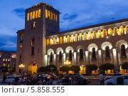 Купить «Ночной вид на Министерство иностранных дел в центре Еревана. Армения», фото № 5858555, снято 4 июля 2013 г. (c) Евгений Ткачёв / Фотобанк Лори