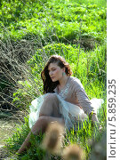 Молодая женщина сидит на траве. Стоковое фото, фотограф Николай Тоцкий / Фотобанк Лори