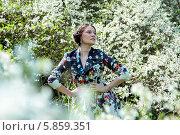 Молодая женщина в цветущем весеннем саду. Стоковое фото, фотограф Николай Тоцкий / Фотобанк Лори