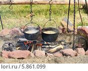 Суп варится в котелках на костре в походе. Стоковое фото, фотограф Валерия Попова / Фотобанк Лори