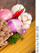 Купить «Ингредиенты для итальянской пасты с грибным соусом», фото № 5861359, снято 3 февраля 2014 г. (c) Francesco Perre / Фотобанк Лори