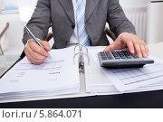 Купить «бухгалтер проверяет счета», фото № 5864071, снято 30 ноября 2013 г. (c) Андрей Попов / Фотобанк Лори