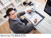 Купить «бизнесмен работает за столом», фото № 5864075, снято 30 ноября 2013 г. (c) Андрей Попов / Фотобанк Лори