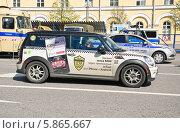 Купить «Такси MINI в центре Москвы», эксклюзивное фото № 5865667, снято 9 мая 2013 г. (c) Алёшина Оксана / Фотобанк Лори