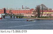 Купить «Экскурсионный корабль выходит из Кронверского пролива в акваторию Невы, вдоль стен Петропавловской крепости, Санкт-Петербург», видеоролик № 5866019, снято 2 мая 2014 г. (c) Кекяляйнен Андрей / Фотобанк Лори