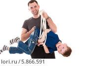 Купить «Улыбающийся отец держит в руках ребенка», фото № 5866591, снято 19 апреля 2014 г. (c) Quadshock / Фотобанк Лори