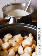 Приготовление тушенной репы в сметане, фото № 5869651, снято 4 мая 2014 г. (c) Эдуард Паравян / Фотобанк Лори