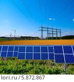 Купить «Солнечные батареи и вышки электропередач», фото № 5872867, снято 16 мая 2012 г. (c) Аnna Ivanova / Фотобанк Лори