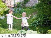 Две маленькие девочки в саду. Стоковое фото, фотограф Евдокимова Ольга / Фотобанк Лори