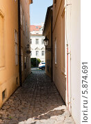 Узкие улочки Праги. Чехия (2014 год). Редакционное фото, фотограф E. O. / Фотобанк Лори