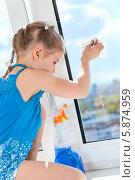Купить «Ребенок протирает стекло пластикового окна с помощью моющего средства», фото № 5874959, снято 3 мая 2014 г. (c) Кекяляйнен Андрей / Фотобанк Лори