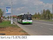 Купить «Городской автобус № 288 идет по улице Бунинская Аллея, район Южное Бутово, Москва», эксклюзивное фото № 5876083, снято 30 апреля 2014 г. (c) lana1501 / Фотобанк Лори