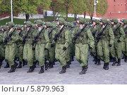 Купить «Российские военные в полевой форме маршируют на Красной площади, Москва», эксклюзивное фото № 5879963, снято 7 мая 2014 г. (c) Алексей Гусев / Фотобанк Лори