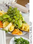 Тарелка с различными фруктами на столе в ресторане. Стоковое фото, фотограф Андрей Затулло / Фотобанк Лори