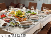 Стол, сервированный для торжества, приема или свадьбы в ресторане. Стоковое фото, фотограф Андрей Затулло / Фотобанк Лори