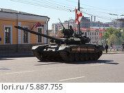 Купить «Танк Т-90А после парада в честь Дня Победы 9 мая 2014 года на Моховой улице в Москве», фото № 5887755, снято 9 мая 2014 г. (c) Олег Смагин / Фотобанк Лори
