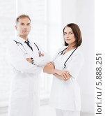Купить «Два врача, мужчина и женщина, стоят, скрестив руки», фото № 5888251, снято 6 июля 2013 г. (c) Syda Productions / Фотобанк Лори