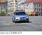 Полицейский автомобиль идет по улице Садовое кольцо, Москва (2014 год). Редакционное фото, фотограф lana1501 / Фотобанк Лори