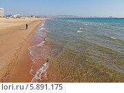 Купить «Малолюдный песчаный берег и море», фото № 5891175, снято 23 апреля 2014 г. (c) Емельянов Валерий / Фотобанк Лори